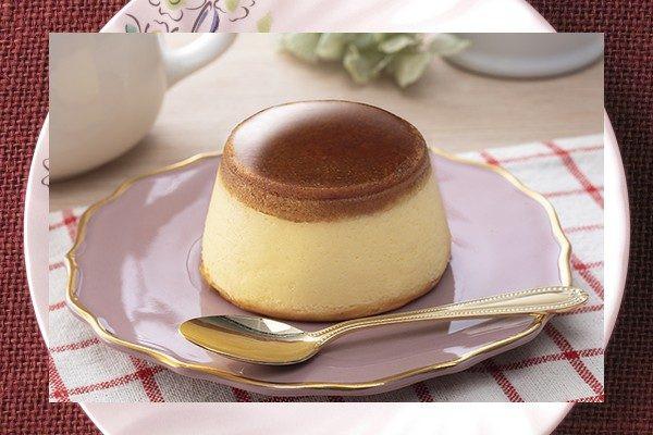 口どけよいチーズスフレと、自家製カラメルをたっぷり染み込ませたスポンジを一緒に焼き上げた、プリンのようなチーズケーキ。