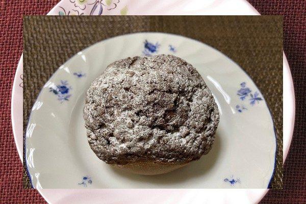 ひび割れた焦げ茶の皮には、ザラメや粉砂糖がまぶされています。