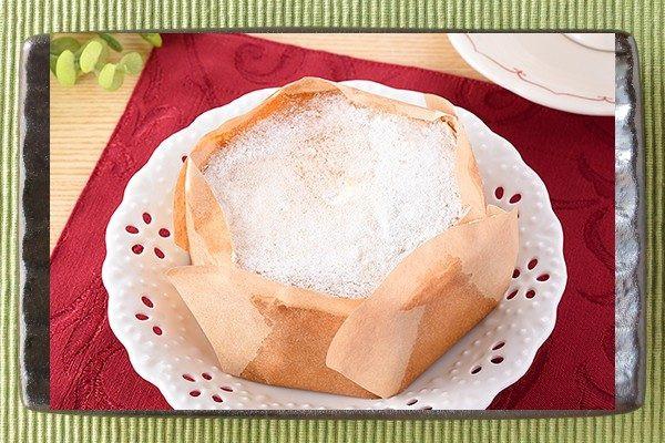 森永ミルクキャラメル入りホイップを、ふわふわシフォンに入れてホワイトチョコパウダーをトッピングしたケーキ。