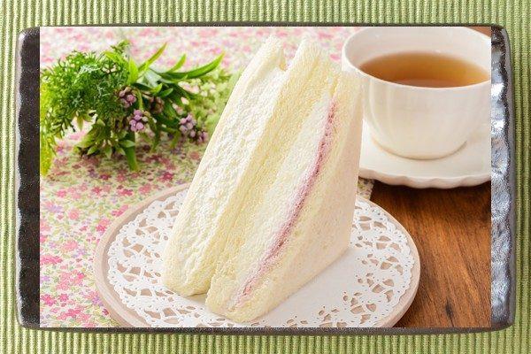 白いパンの間に純白のクリームチーズフィリングがサンドされています。