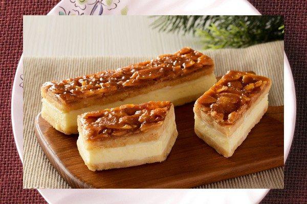 しっとり口どけよいレアチーズを、低温で香ばしく仕上げたフロランタンと合わせた生タイプ焼き菓子。