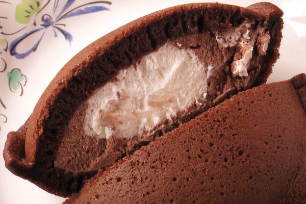 チョコ色の生地の中にたっぷり詰まったチョコクリームとホイップ。