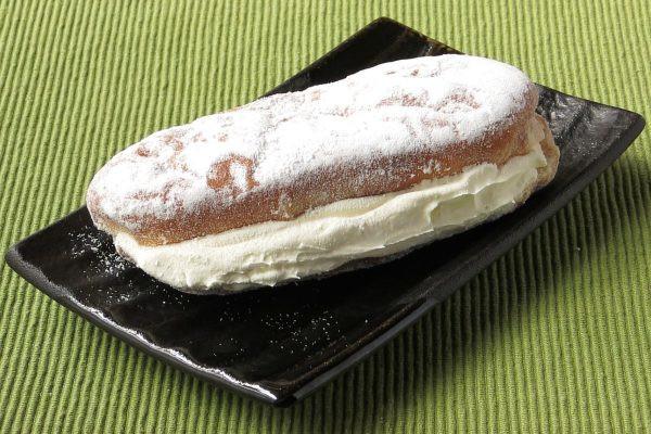 粉糖をまぶされたコッペパン型の生地という定番スタイル。