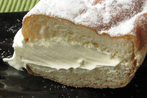 薄く黄色がかったホイップは、パン本体に匹敵するほどの量。