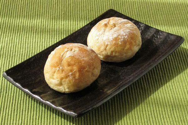 うっすら粉をかぶった小さめの丸パン2個入り。