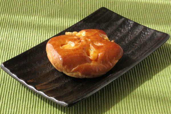 厚い円盤型に焼き上げられたブリオッシュ。