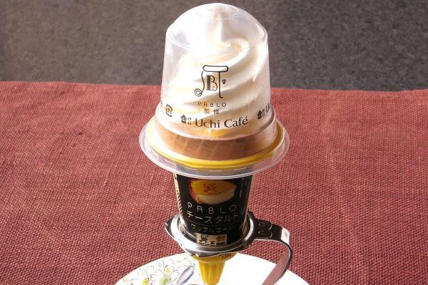クリームチーズのなめらかでコクのある味わいとアプリコットソースの甘酸っぱさを表現したワッフルコーンアイス。