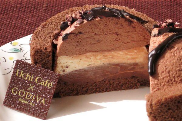 チョコムースドームの下には白いバニラムースと茶色のチョコカスタード。