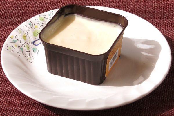四角いラメキン風カップに満たされたクリーム色の生地。