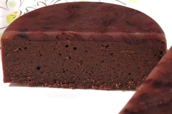 密度の高いチョコテリーヌを、半透明の羊羹のような粒あんでサンドする形。