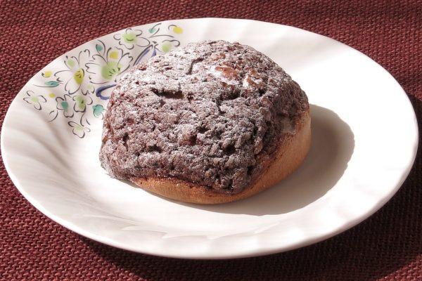 ザラッとしたクッキー生地に覆われたチョコ色のシュークリーム。