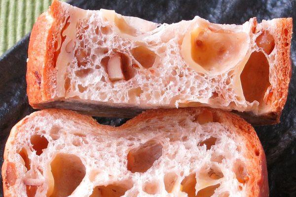 粗い生地の中には五穀の粒、大きな気泡には溶けたチーズが貼りついています。