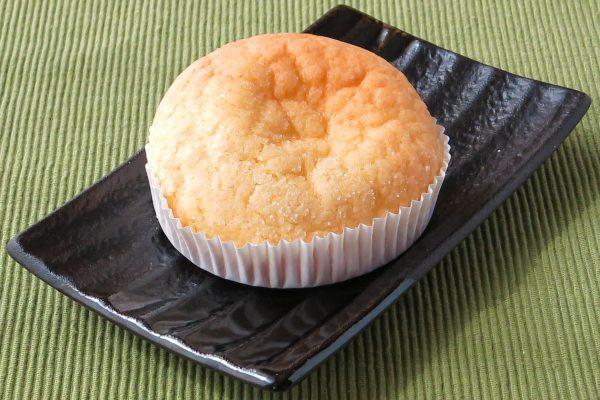 ザラッとしたクッキー生地で覆われた丸いパン。