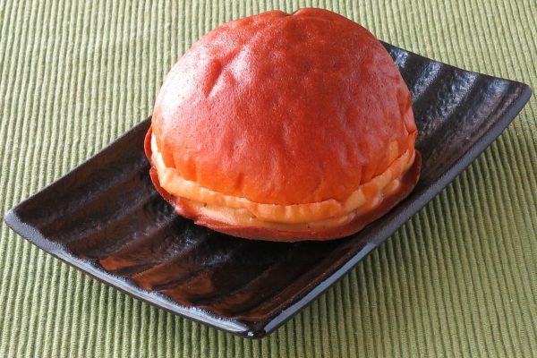 ふっくら丸いドーム型のパン。