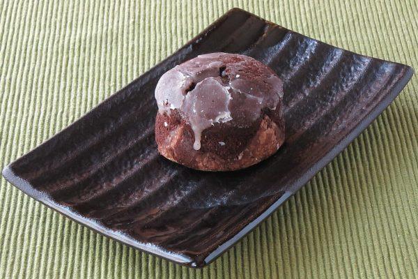 チョコ色のカップケーキのような姿。
