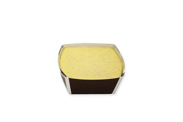四角いカップに収まったレアチーズ風の外見。