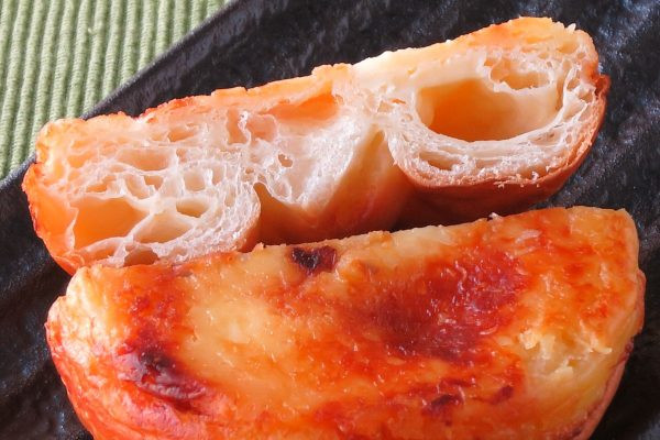 薄い層が折り重なる生地の中、チーズクリームが包まれています。