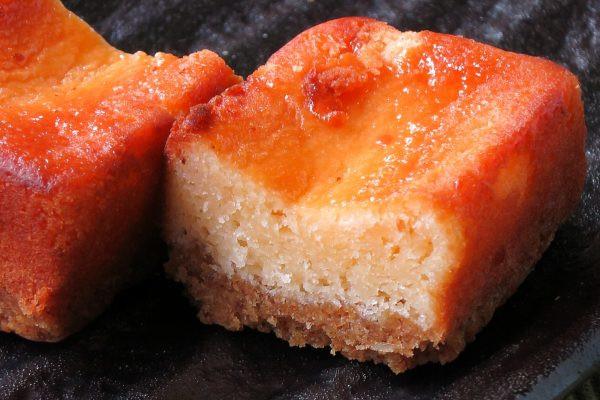 しっとり目の詰まったチーズケーキと、ホロホロのタルト。
