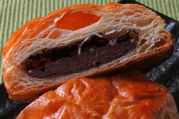 パイらしく薄い層折り重なる中に、チョコが詰まっています。