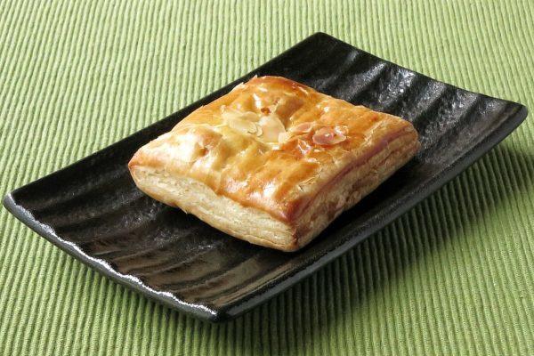 きれいな焼き目がついた四角いパイ。