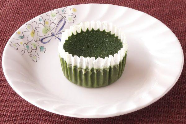 グラシンカップに収まった深い緑の生地。