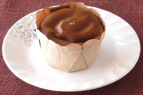 紙のケースに収まったカップケーキ型のカステラ。