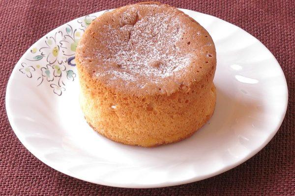 うっすら粉砂糖が降り積もった、ふんわりきめの細かいパンケーキ。