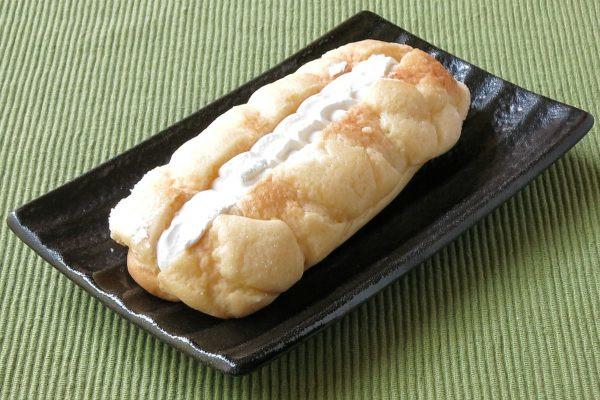 格子模様のメロンパンを、長円形に引き伸ばしたような姿。
