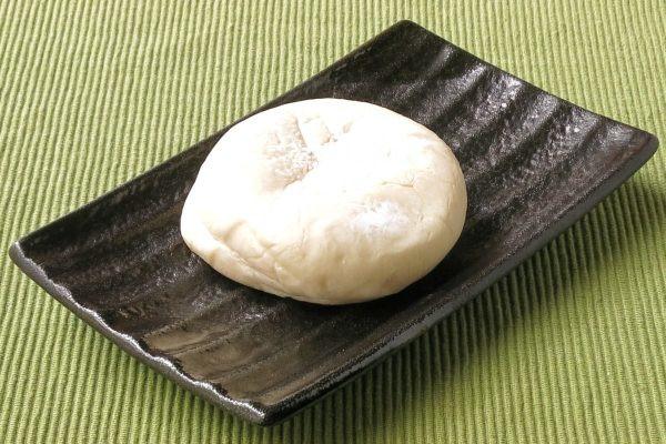 白い円盤型のパン。