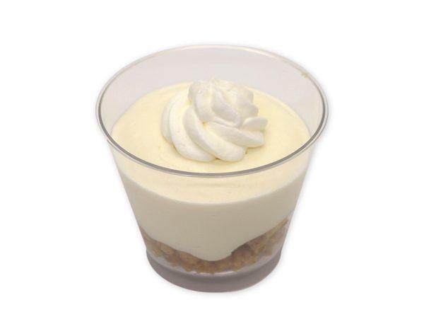 バター香るクッキーにくちどけなめらかレアチーズムースを重ねてホイップを盛りつけたカップスイーツ。