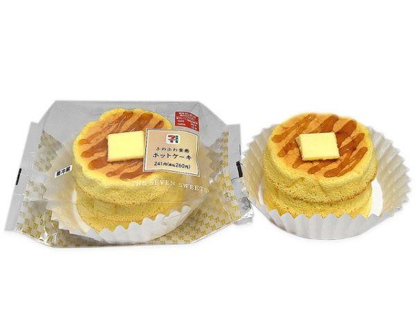 メレンゲを合わせてしっとりふわっとしたホットケーキに、線がけのメープルソースとバターをトッピング。