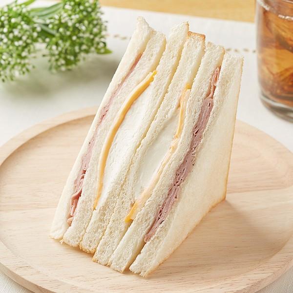 クリーム・チェダー・マリボー・パルメザンの4種チーズとペッパーマヨソース・ポークハムを挟んだ、レンジで温めると美味しいサンドイッチ。