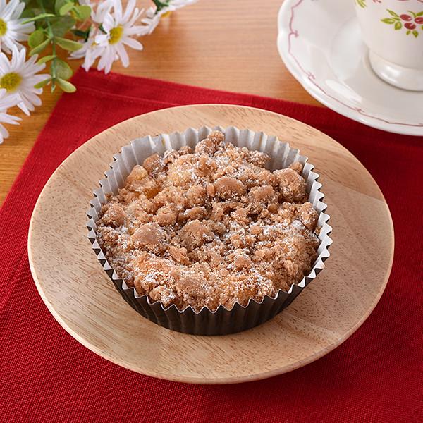 クリームチーズフィリング・りんご果肉・シナモン風味のクランブルが重ねられたスイーツ風菓子パン。