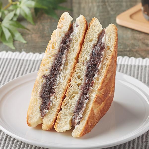 北海道産小豆使用つぶあんとホイップを、香ばしく焼き上げたデニッシュで挟んだサンドイッチ。