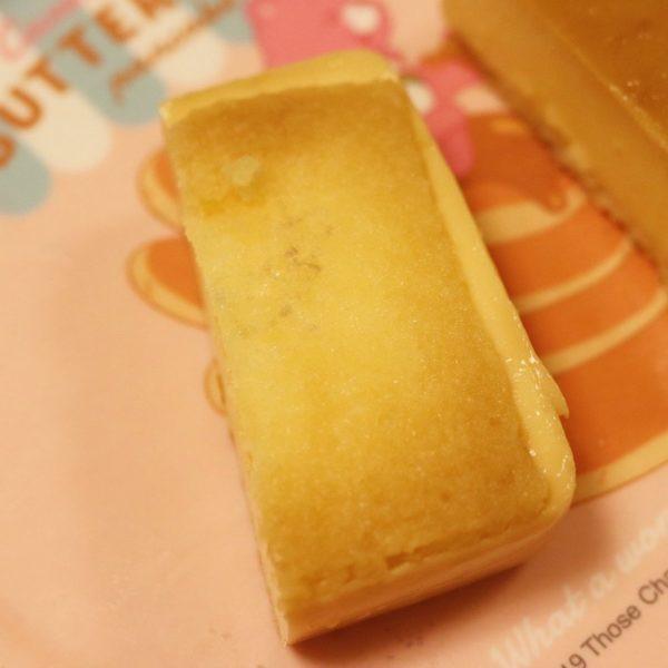 底にはカラメルが染み込んだ薄く甘いスポンジが敷かれています